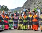 کیلاش: تین روزہ چلم جوشٹ تہوار کے اختتامی روز خواتین روایتی رقص کر رہی ..