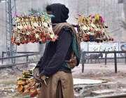 پشاور: محنت کش گھر کی کفالت کے لیے پھیری لگا کر بچوں کے کھلونے فروخت ..