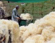 راولپنڈی: مزدور ائیر کولروں کے لیے خسیں تیار کرنے میں مصروف ہے۔
