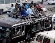 راولپنڈی: عید گزارنے کے لیے آبائی علاقوں کو جانے والے مسافروں کاسامان ..