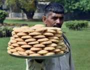 لاہور: ایک محنت کش خطایاں فروخت کررہا ہے۔