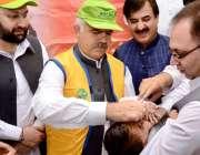 پشاور: وزیراعلی خیبر پختونخوا محمود خان ایک بچے کو قطرے پلا کر انسداد ..