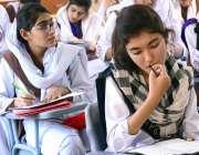 حیدر آباد: 10ویں کے سالانہ امتحانات کے موقع پر طالبات پرچہ حل کر رہی ..