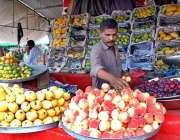 اسلام آباد: وفاقی رارالحکومت میں دکاندار گاہکوں کو متوجہ کرنے کے لیے ..