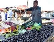 اسلام آباد: دکاندار گاہکوں کو متوجہ کرنے کے لیے پھل سجا رہاہے۔