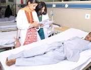لاہور: داتا دربار کے باہر خودکش دھماکے میں زخمی ہونیوالا ایک بچہ میو ..