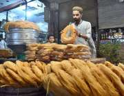 پشاور: دکاندار گاہکوں کو متوجہ کرنے کے لیے پھنیاں سجا رہا ہے ۔