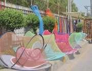 فیصل آباد: سرگودھا روڈ پر گرمی کی شدت اور مچھروں سے بچاؤ کے لیے مچھردانیاں ..