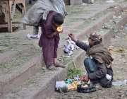 لاہور: خانہ بدوش بچہ فروٹ منڈی میں گندگی کے ڈھیر سے پڑا پھل کھا رہا ہے۔