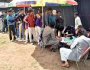 پشاور:قیوم سپورٹس کمپلیکس میں انڈر17کے ٹرائل کی رجسٹریشن کے لیے نوجوان ..
