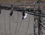 راولپنڈی: شدید گرمی کے باعث بجلی کی تاروں میں آگ لگی ہوئی ہے۔