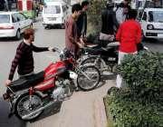 راولپنڈی: مری روڈ پر یو ٹرن دور ہونے کے سبب شہری شارٹ کٹ اپناتے ہوئے ..