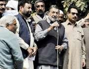 لاہور: واپڈا ہائیڈرو الیکٹرک یونین کے جنرل سیکرٹری خورشید احمد احتجاجی ..