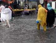 راولپنڈی: موسلا دھار بارش کے دوران امام باڑہ چوک میں جمع پانی بارش کے ..