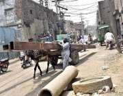 فیصل آباد: مزدور گدھا ریڑھی پر اوور لوڈنگ کیے جا رہا ہے جو کسی حادثے ..
