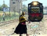 حیدر آباد: ایک خاتون کسی خطرے کی پرواہ کیے بغیر ریلوے ٹریک کراس کر رہی ..