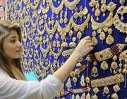 راولپنڈی: عید کی تیاریوں میں مصروف ایک خاتون موتی بازار سے جیولری خرید ..