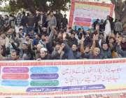 لاہور : پنجاب لینڈ ریکارڈز اتھارٹی کے ملازمین اپنے مطالبات کے حق میں ..