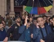 لاہور: تحریک انصاف کے رہنما عبدالعلیم خان کو پنجاب اسمبلی کے اجلاس ..