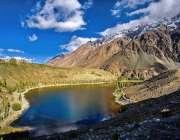 گلگت: سیاحتی مقام ضلع غزر میں پہاڑوں کے درمیان جھیل خوبصورت منظر پیش ..