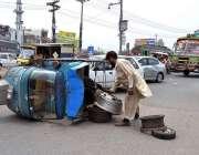 لاہور: رکشہ اوور لوڈنگ کے باعث بیچ سڑک الٹا پڑا ہے۔