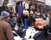 اٹک: شہری سردی میں اضافے کے بعد گرم کپڑے خرید رہے ہیں۔