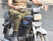 لاہور: ایک موٹر سائیکل سوار پولیس اہلکار گرم لو سے بچنے کے لیے رومال ..