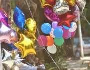 اسلام آباد: معمر محنت کش خاندان کی کفالت کے لیے غبارے فروخت کر رہا ہے۔