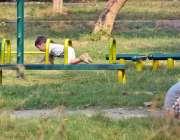 اسلام آباد: سڑک کے کنارے پارک میں کھیلتے ہوئے بچے۔