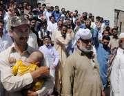 راولپنڈی: ڈی ایچ کیو ہسپتال کا سٹاف آنیوالے مریضوں کے ہمراہ ہسپتال ..