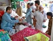اسلام آباد: دکاندار گاہکوں کو متوجہ کرنے کے لیے پھول اور پتیاں فروخت ..