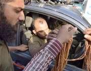 لاہور: پولیس اہلکار رمضان المبارک کے آغاز پر تسبیح خرید رہے ہیں۔