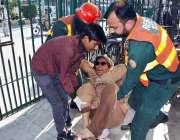 فیصل آباد: بزرگ بیمار خانہ بدوش خاتون کو ریسکیو 1122 کے عملے نے بچا لیا ..