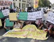 لاہور: مریضوں اور ان کے عزیز واقارب کینسر کی ادویات کی بندش کے خلاف ..