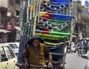 راولپنڈی: ایک معمر محنت کش ہتھ ریڑھی پر چارپائیاں لادھا جا رہا ہے۔