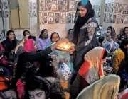 راولپنڈی:صدر کر شنامندر میں دیوالی کے موقع پر خواتین میں پرساد تقسیم ..