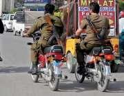 راولپنڈی: پولیس اہلکار بغیر ہیلمٹ پہنے اور بغیر نمبر پلیٹ کے مری روڈ ..