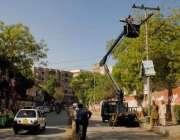 حیدر آباد : واپڈا کی جانب سے متوقع بارشوں کے پیش نظر درخت کاٹے جا رہے ..