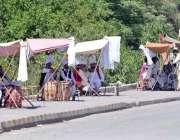 راولپنڈی: ڈھولچی سڑک کنارے گاہکوں کے انتظار میں بیٹھے ہیں۔