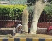 ملتان: ایک بزرگ خاتون فروش اپنے سڑک کے کنارے سیٹ اپ پر گاہک کو راغب کرنے ..