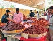 اسلام آباد: شہری رمضان سستا بازار سے کھجوریں خرید رہے ہیں۔
