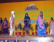 حیدرآباد: پبلک اسکول میں شاہ لطیف نائٹ 2019 کے جشن کے دوران اسٹیج پر جھاڑیوں ..