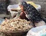 لاہور: خواتین کے عالمی دن سے بے خبر محنت کش خاتون سبزی منڈی میں ادرک ..