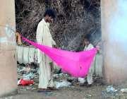 حیدر آباد: خانہ بدوش شخص نے بچوں کے لیے کپڑے کا جھولا بنا رکھا ہے۔