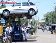 حیدر آباد: ٹریفک وارڈن نو پارکنگ میں کھڑی گاڑی کو لفٹر کے ذریعے اٹھا ..