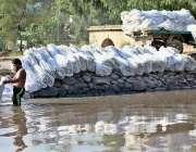 ملتان: نہر میں مزدور خالی بیگ دھونے میں مصروف ہیں۔