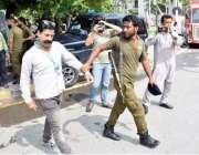 لاہور: پولیس اہلکار میڈیا کو کارڈ پہن کر چیئرنگ کراس چوک میں پہنچنے ..