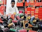 راولپنڈی: پیر ودھائی میں کاریگر چوڑیاں پیک کر رہے ہیں۔