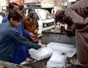 راولپنڈی: دکاندار برف فروخت کر رہا ہے۔