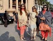 لاہور: پنجاب اسمبلی کے اجلاس میں شرکت کے لیے آنیوالی خواتین اراکین ..